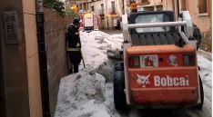 Imagen de las labores de limpieza en una de las calles de Ágreda. /SN