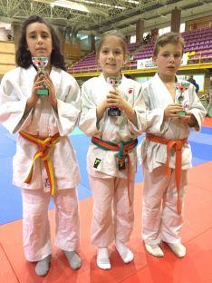Leire, Ana y Daniel con sus trofeos.