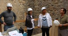 La subdelegada (dcha.) este martes en la visita a las labores. /SdG