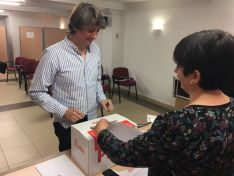 Carlos Martínez, en el momento de depositar su voto.