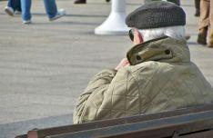 Un jubilado en una calle de la capital./SN