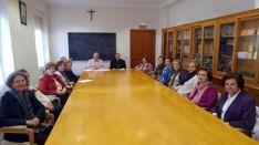 El obispo, con el presidente y el equipo diocesano de Manos Unidas./DOS
