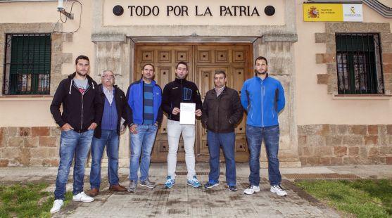 Miembros de la Junta Agropecuaria con el escrito de denuncia.