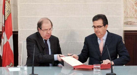 El presidente de la Junta y el vicepresidente de la Fundación en la firma del convenio. /Jta.