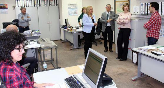 La subdelegada (ctro.), con funcionarios de la Tesorería en Soria.