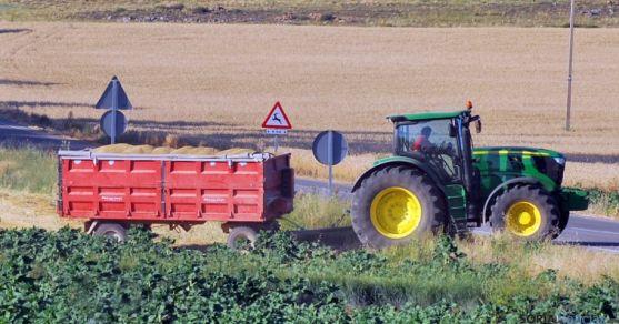 Un tractor con su remolque en labores agrícolas. /SN