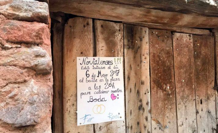Cartel que pregona las nupcias en una puerta de la localidad. /@noviales