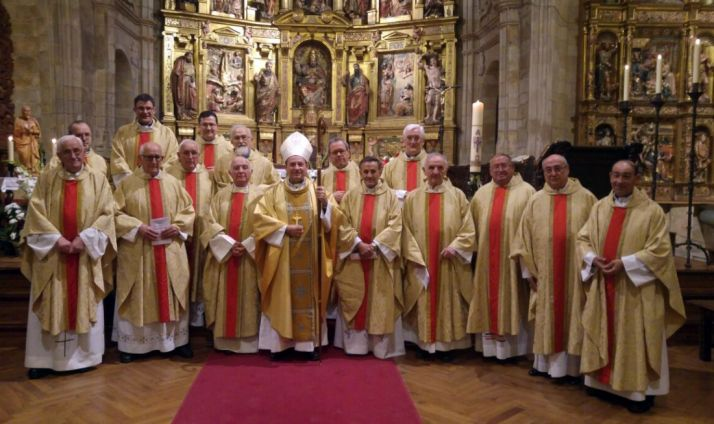 El obispo, con sacerdotes concelebrantes en la fiesta de San Juan de Ávila. /DOS