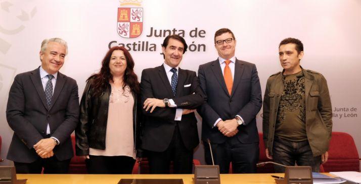 Miembros de la Comisión en materia de vivienda del Consejo de Diálogo Social.
