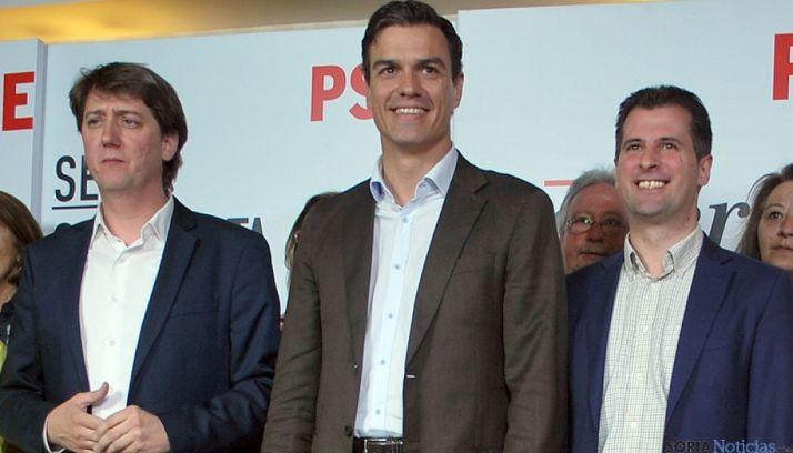 Sánchez (ctro.), entre Tudanca y Mínguuez (izda.) en su visita a Soria en 2015. /SN