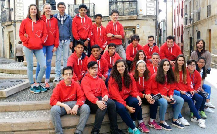 Alumnos y profesores del colegio.