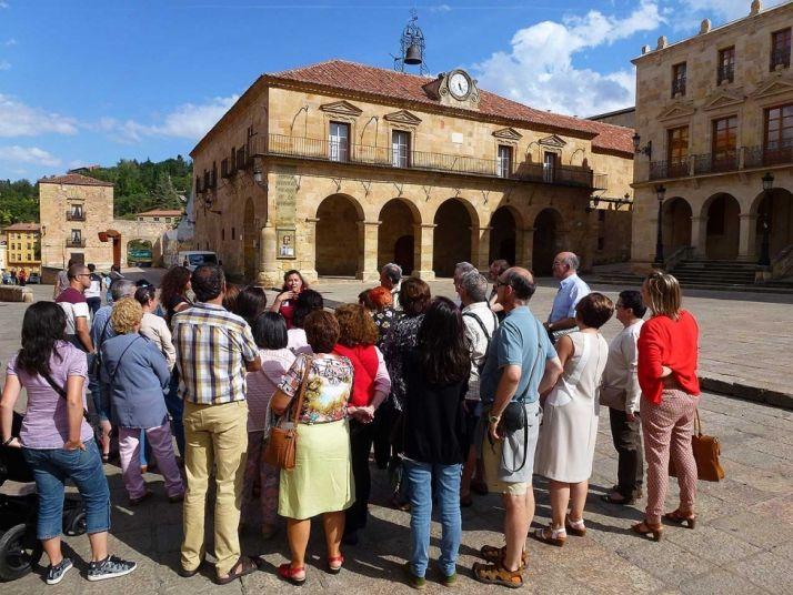 Visitantes en la plaza Mayor de Soria. /Archivo.