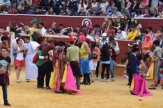 Toreros y disfraces comparten ruedo el Viernes de Toros. /SN