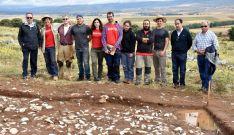 El equipo que lleva a cabo las excavaciones y responsables de la Admnistración. /Jta.