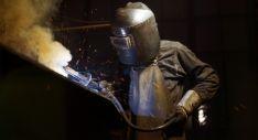Un trabajador del metal realizando labores de soldadura.