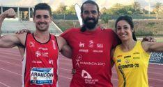 Los dos atletas con su entrenador.