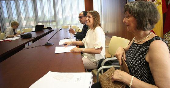 Rocío Lucas (ctro.) entre Pilar Ruiz y Manuel López este miércoles en Soria. /SN