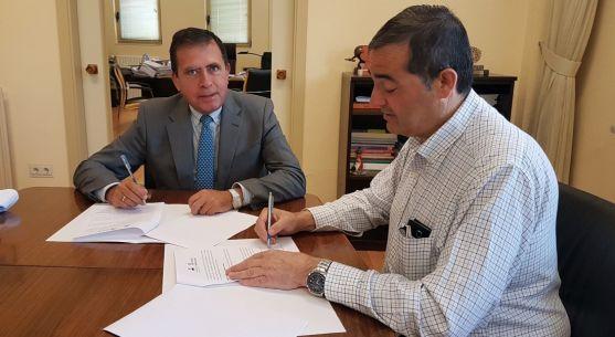 Javier Barrio y Alberto Santamaría en la firma del convenio. /ACT