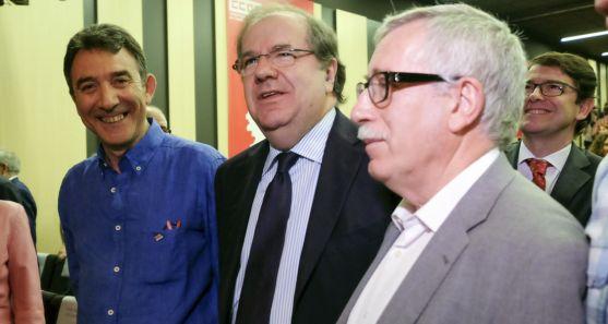 Herrera, entre Ángel Hernández (izda.) e Ignacio Fernández Toxo. /Jta.