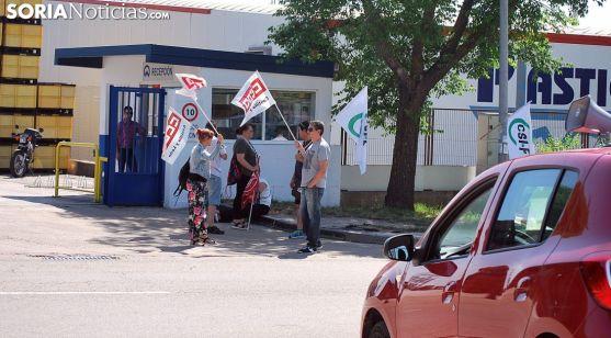 Representantes sindicales a la entrada de la factoría Fico Mirrors este mediodía. /SN