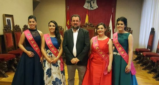 Jesús Rubio, con la reina y damas de fiestas en Ágreda este miércoles.