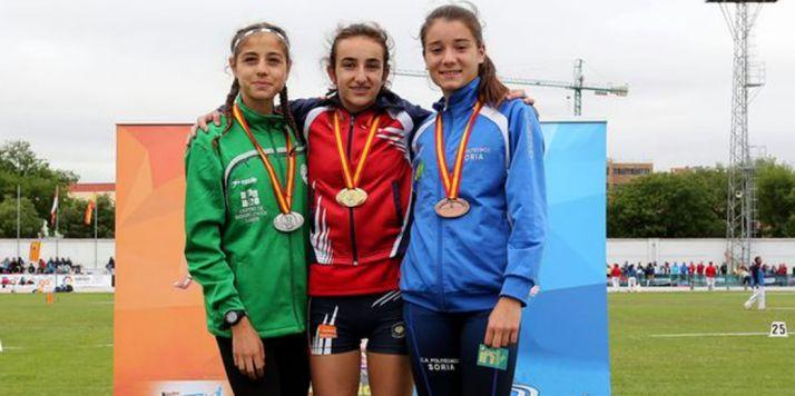 Bogo (dcha.) con sus compañeras de podio.
