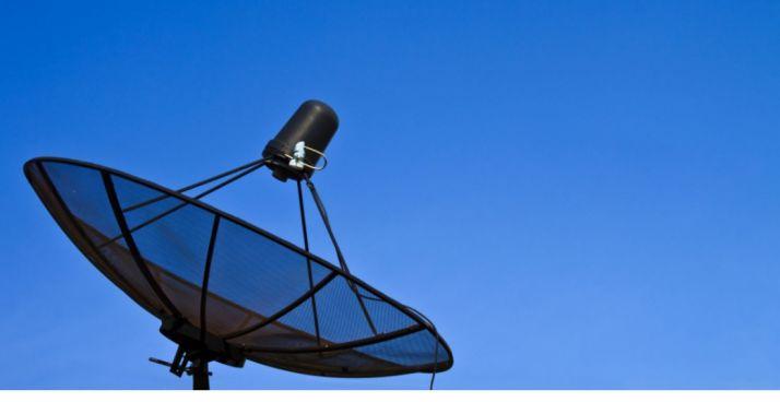 Una antena de transmisión y recepción de internet por satélite.