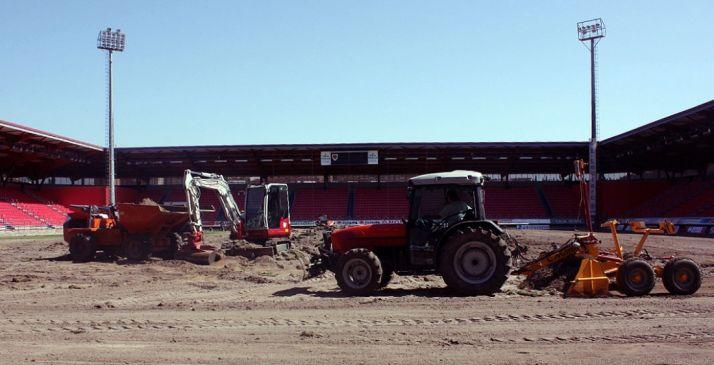 Obras en el terreno de juego del estadio./CDN