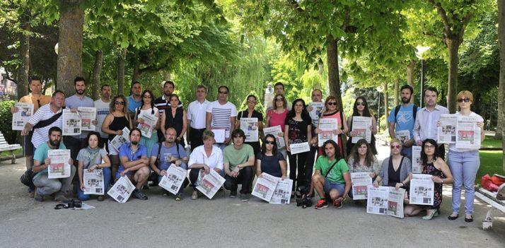 Miembros de las plantillas de ambos periódicos.