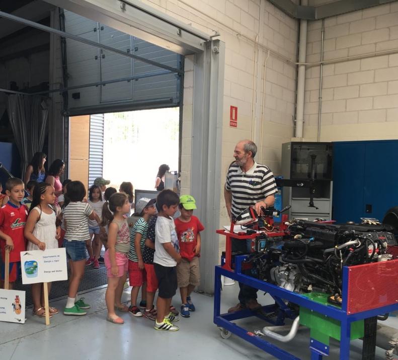 Foto 2 - Alumnos de infantil y primaria aprenden los oficios del CIFP Pico Frentes