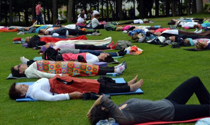 Practicantes de yoga en la Dehesa./SN