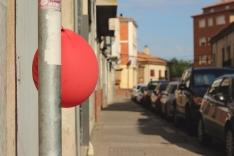 Foto 3 - Globos rojos anuncian las Fiestas de la juventud en Almazán