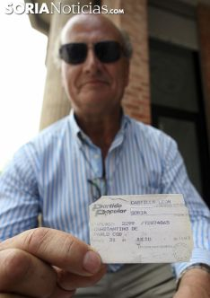 De Pablo muestra su carnet de afiliado./SN