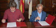 Carlos Martínez y Juanjo Milla firman el convenio./Ayto.