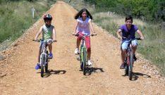 Tres jóvenes ciclistas por el camino a la altura de Ocenilla.