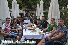 Disfrutando de un aperitivo en la terraza del Mesón Castellano, en la plaza Mayor. /SN