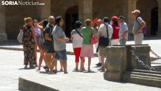 Un grupo de turistas en la plaza Mayor de la capital./SN