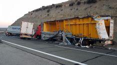 Aspecto de los camiones accidentados en la A-II. /Subd.