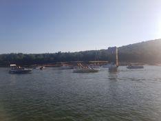Embarcaciones sobre el pueblo sumergido de La Muedra.