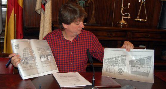 El alcalde explicando la disposición de las instalaciones./Ayto.