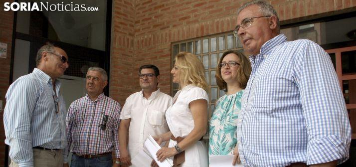 Los seis diputados en la sede del partido. /SN
