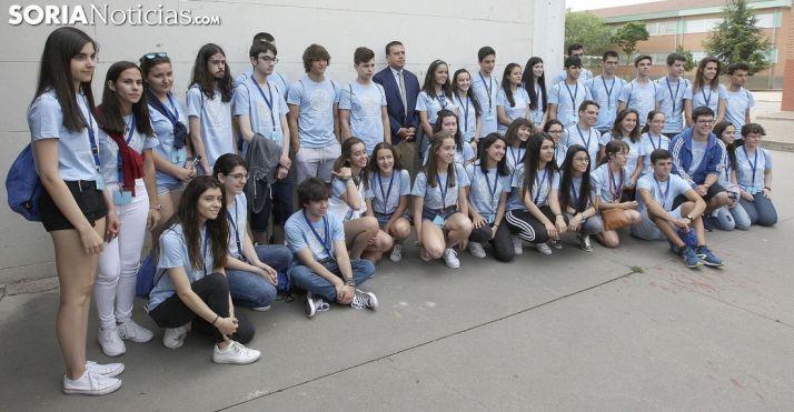 El director provincial de Educación, Javier Barrio, con los alumnos en el IES Politécnico./Jta.