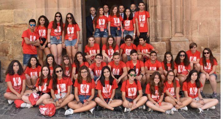 Los alumnos participantes en la puerta principal del IES Machado. /Jta.