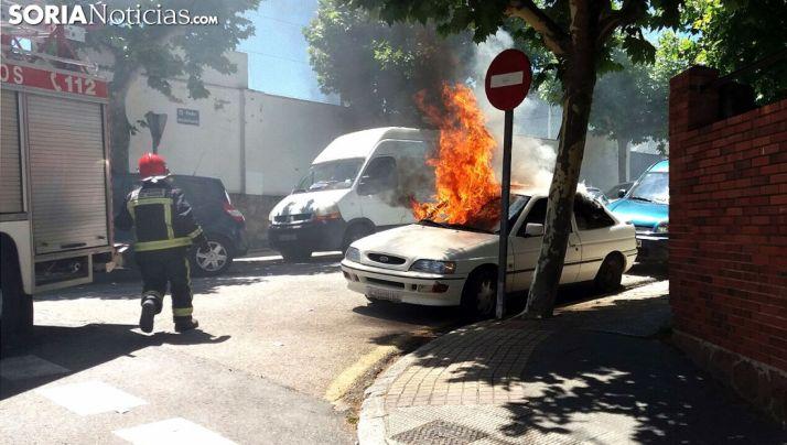 Imagen de las llamas y el vehículo./SN