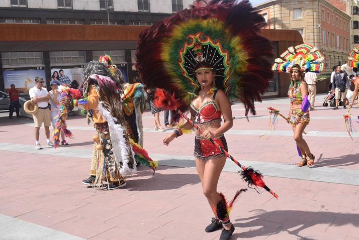 La comunidad boliviana e iberoamericana ofrece en Soria la vistosidad de su cultura tradicional. /SN