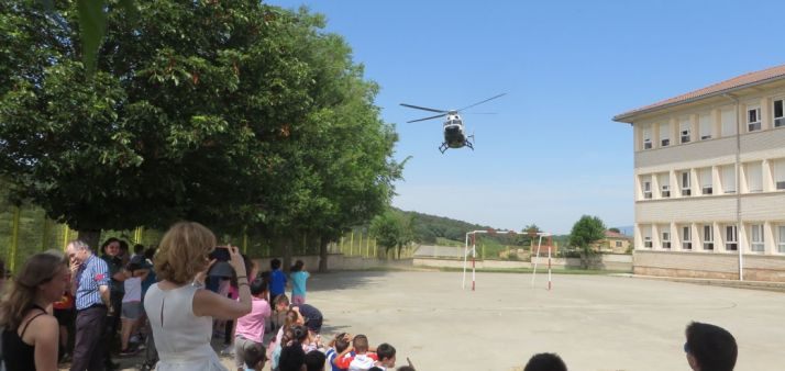 Un helicóptero de la GC sobre un colegio de la provincia.