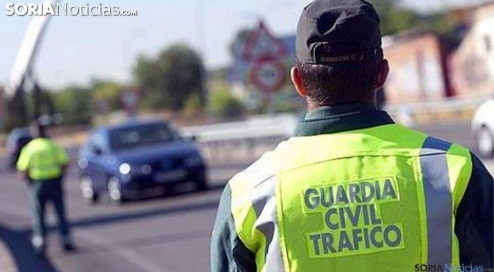 Agentes de la Guardia Civil  en una calzada de la provincia./SN