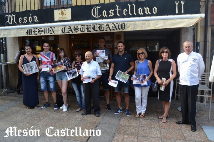 Ganadores y acompañantes del I Concurso de Fotografías Sanjuaneras del Mesón Castellano. /SN