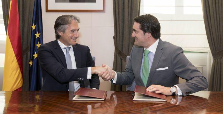 De la Serna (izda.) y Suárez Quiñones en la rúbrica./Jta.