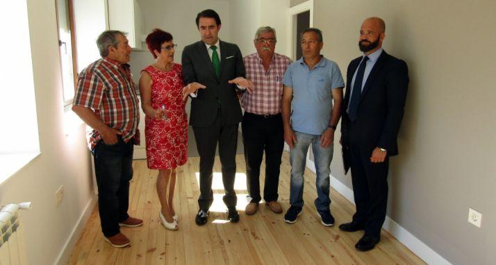 El consejero en una vivienda rehabilitada en Villaobispo de Otero (León).